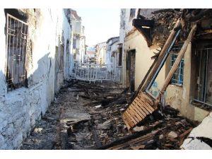 Kuşadası'nda Tarihi Ev Yangınıyla İlgili 1 Kişi Gözaltına Alındı