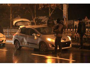 Polis 'dur' ihbarına uymayan bir otomobile ateş açtı