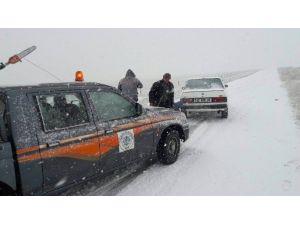 Yoldan Çıkan Araçları Belediye Ekipleri Kurtardı