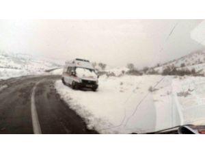 Ambulans Yolda Mahsur Kaldı