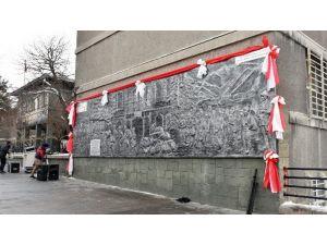 """""""Erzurum'un Kahraman Çocukları"""" Rölyefi Erzurum Lisesi Duvarına Asıldı"""