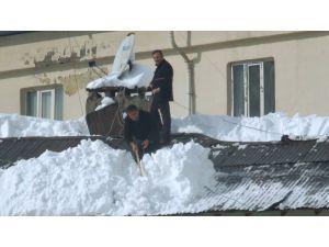 Hakkari'de ücret karşılığında çatıda kar temizliği