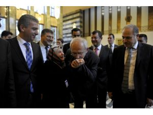 Kılıçdaroğlu kendisine sarılan yaşlı kadının elini öptü