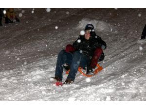 Sivas'ta kadınlar, kar yağışının tadını kayarak çıkardı