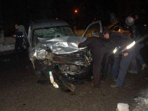 Adıyaman'da Otomobille Hafif Ticari Araç Çarpıştı: 2 Yaralı