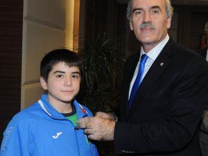 Başkan Altepe'den şampiyon güreşçilere altın