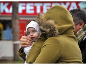 Otomobilde 45 Kilo Eroinle Yakalanan İranlı Kadın Yüzünü Bebeğiyle Sakladı