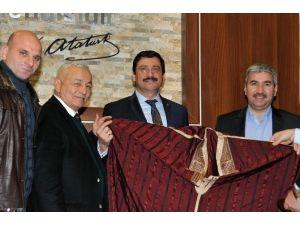 Başkan AK'a Tunus Milli Giysisi Hediye Edildi