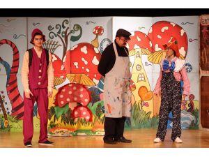 Minikler, tahta çocuk Pinokyo ile eğlendi