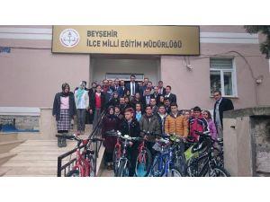 Deneme Sınavında Birinci Olan Öğrencilere Bisiklet Hediye Edildi