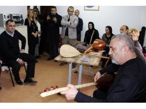 Bağlama dersine Belediye Başkanı Taşdelen de katıldı