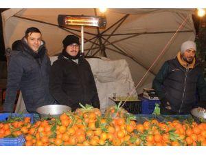 Pazarcılar Soğuktan Korunmak İçin Farklı Yöntemler Buldu
