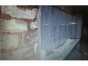 Duvarına pisuvar yapılan tarihi camideki mermerler söküldü