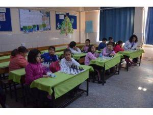 Burhaniye'de Öğrenciler Satrancı Sevdi