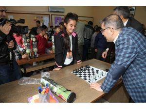 Başkan Çelikcan'dan Öğrencilere Satranç Takımı