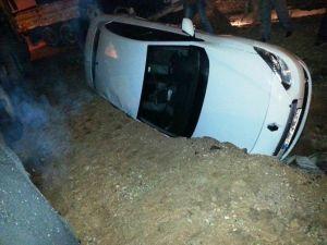 Ceylanpınar'da Otomobil Çukura Düştü