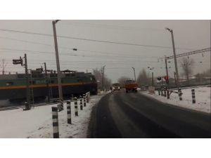 Belarus'ta trenin traktöre çarpma anı kameraya yansıdı