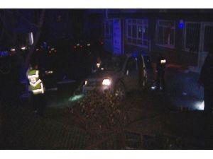 Yoldan çıkan otomobil binanın avlusuna girdi: 2 yaralı