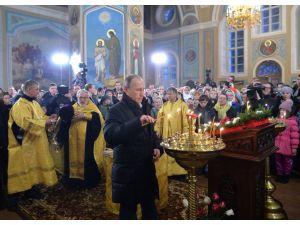Putin, Noel'i anne ve babasının vaftiz edildiği kilisede kutladı