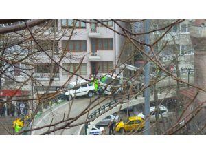 Köprüde Faciayı Demirler Engelledi, Araç Asılı Kaldı