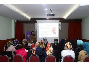 """Psikolog Zeynep Demirbozan: """"Ergenlikte Nasihat Değil Örnek Verin"""""""