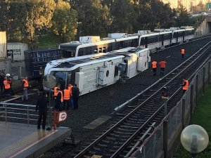İzmir metrosunda vagon devrildi