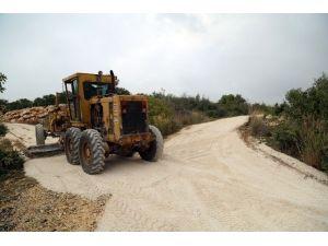 Erdemli Kumkuyu'da Yollara Bakım Yapılıyor