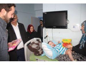 AK Gençlerden Hastanedeki Çocuklara Oyuncak Süprizi