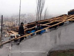 Şiddetli Rüzgar Evin Çatısını Uçurdu