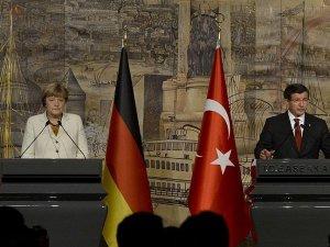 Başbakan Davutoğlu Almanya Şansölyesi Merkel ile görüştü