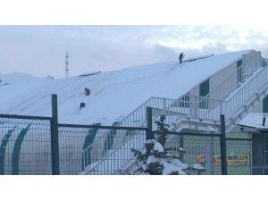 Van'da Halı Sahaların Çatıları Kardan Temizlendi