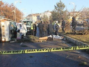 Elazığ'da işçi servisi devrildi: 2 ölü, 3 yaralı