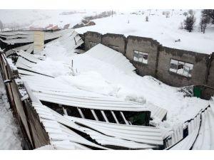 Bitlis'te Mermer Fabrikasının Çatısı Çöktü