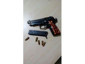 Didim'de Şüpheli Araçta Silah Ve Pasaportlar Bulundu