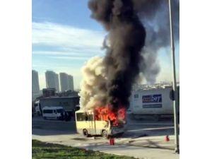 Alev topuna dönen minibüs bomba gibi patladı