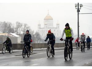 Moskovalılar soğuğa aldırmadan bisiklet sürdü