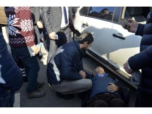 Otomobilin çarptığı yaşlı adam yerde acılar içinde kıvrandı