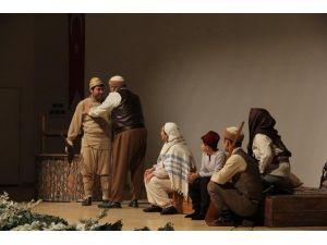 """Mersin Büyükşehir Belediyesi Tiyatrosu """"Eski Çarıklar"""" Oyununu Sahneledi"""