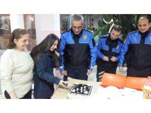 Polislerden öğrencilere doğum günü pastası