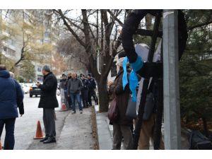 Polisler, mavi kurdeleli siyah çelengi Suudi Elçiliği'ne bıraktırmadı