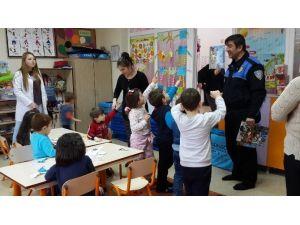 Polisten Minik Öğrencilere Boyama Kitabı