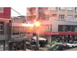 Patlayan elektrik direğindeki trafo etrafa ateşler saçtı