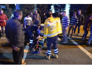 Kazaya Karışan Araç Yayaların Arasına Daldı: 2 Yaralı