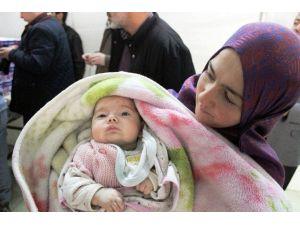 Suriyeli Bebeklere Mama Dağıtımı