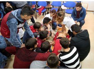 Üniversite öğrencilerine uygulamalı ilk yardım eğitimi