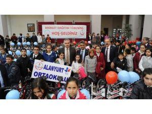 Uşak'ta Okullara Bisiklet Dağıtıldı