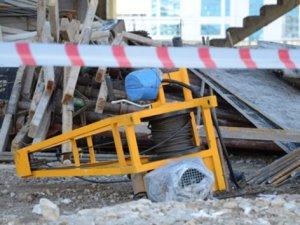 İşçinin kafasına asansör düştü!