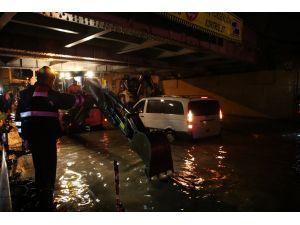 İstanbul'da yağmur: Araçlar su basan geçitte mahsur kaldı