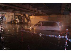 Şiddetli Yağan Yağmur Araçların Mahsur Kalmasına Neden Oldu