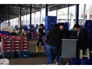 Sebze meyveye emeği üretici veriyor, parayı market kazanıyor